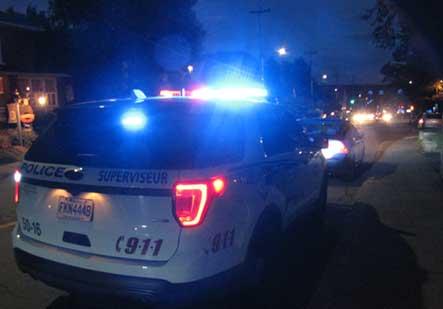 Des citoyens aident les policiers à retirer de la route deux personnes sous l'influence de l'alcool ou de la drogue lors de la dernière fin de semaine