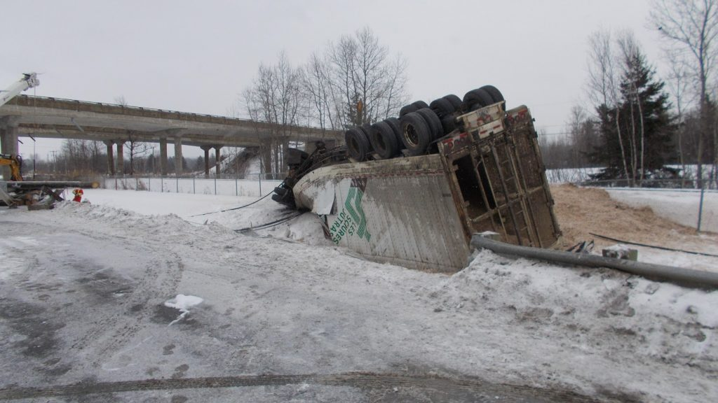 Le conducteur d'un camion semi-remorque perd la vie à Magog